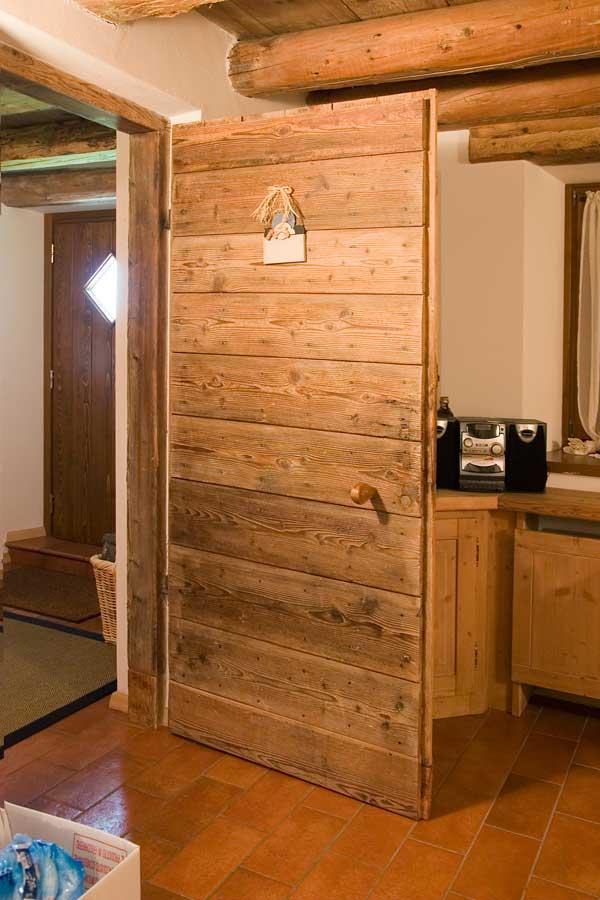 Porte in legno rustiche design casa creativa e mobili for Case di legno rustico