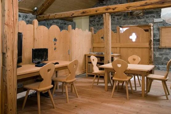 locale-pubblico-museo-tavoli-rustico