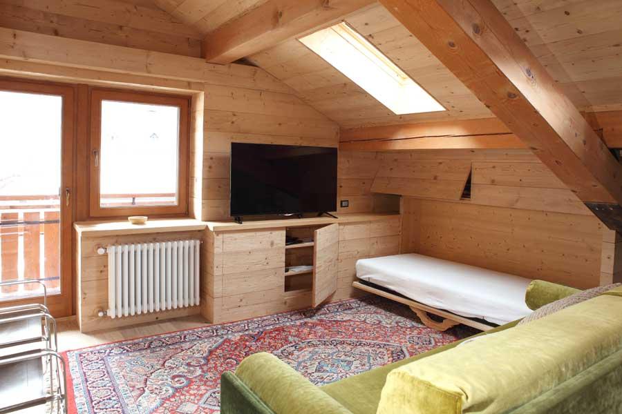 Idee salotto mansarda idee per il design della casa for Idee design casa