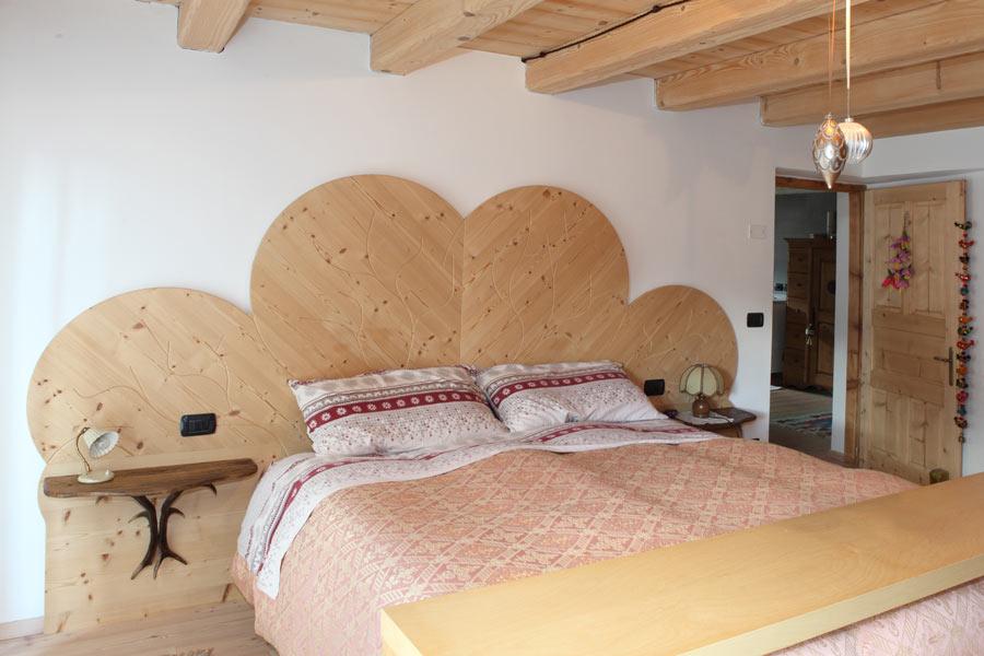La particolarit nei dettagli degli arredi in legno - Testiera letto in legno ...