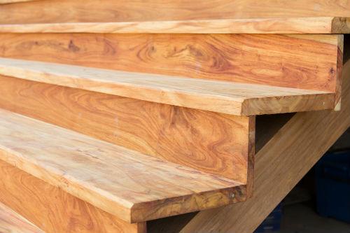 Arredo da esterni personalizzato in legno dgm falegnameria for Mobili legno per esterni